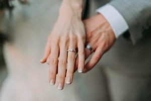 Bild von den Händen eines Ehepaares