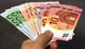 Euro-Scheine in der Hand