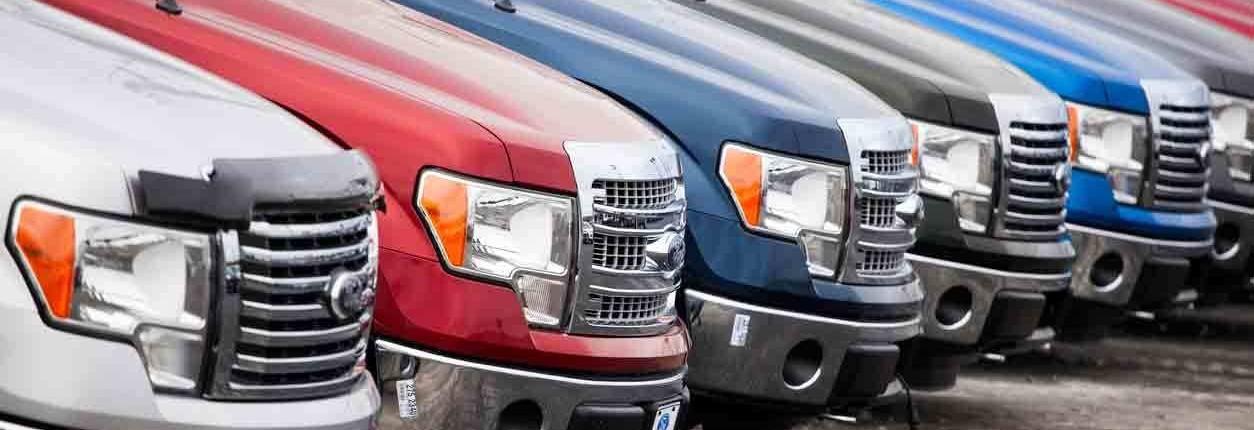Ford Trucks sind auf einem Parkplatz geparkt