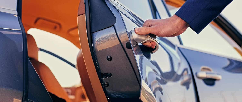 Person öffnet die Hintertür eines Autos