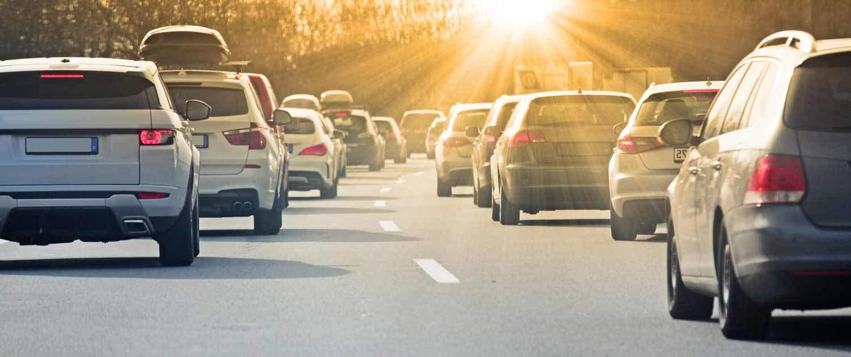 Autos fahren auf einer Straße in den Sonnenuntergang