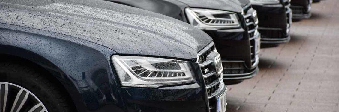 Audi Modelle stehen auf einem Parkplatz