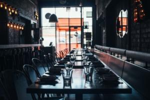 Restaurant mit leeren Tischen