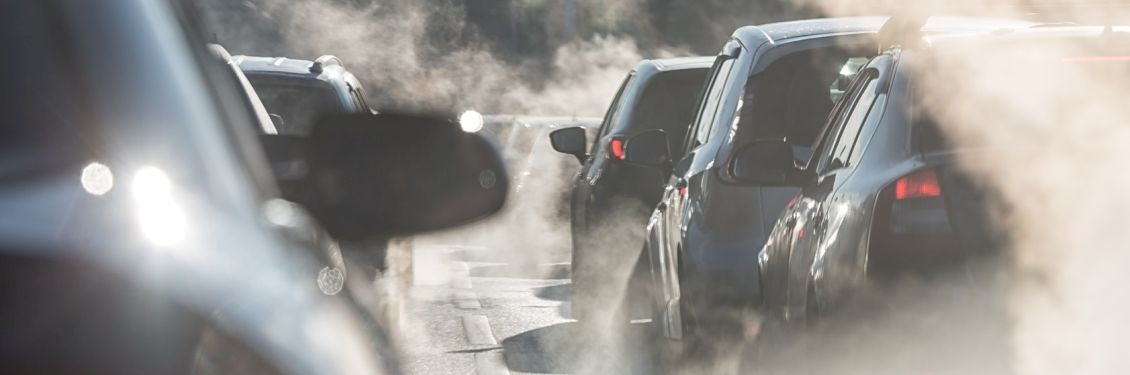 Autos im Straßenverkehr mit Abgasen