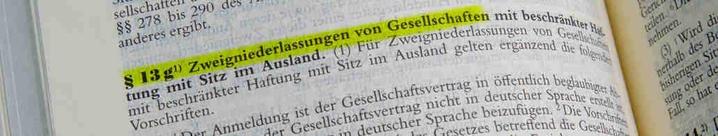 Gesetzbuch aufgeschlagen beim Abschnitt Gründung von Zweigniederlassungen
