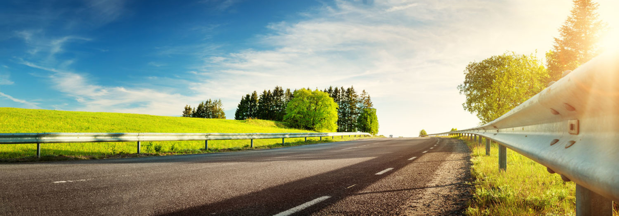 Bild von Autobahn unter blauem Himmel