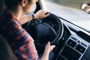 Bild von einem jungen Mann während des Führens von einem Autos