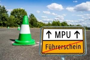 Bild von einem Schild mit Pfeil zur MPU
