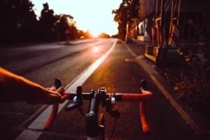 Foto von einem Fahrrad schiebend auf dem Seitenstreifen