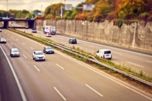 Autobahn mit jeweils 3 Spuren auf jeder Fahrbahn