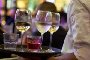 Bild von Kellnerin mit Tablett und Getränken