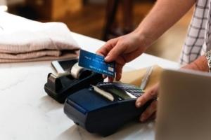 Bild von einer Bezahlung mit Kreditkarte
