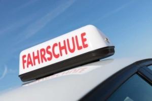 Fahrschulschild auf Auto