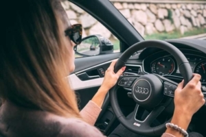 Bild von einer Frau am Steuer eines Autos