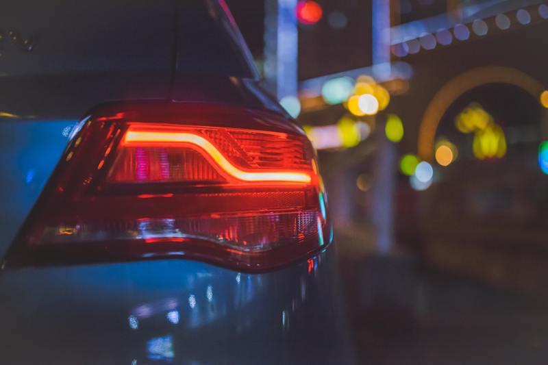 Auto-Scheinwerfer von hinten mit Blinklicht.