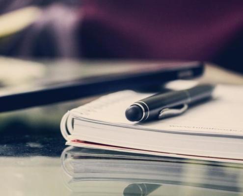 Dokumente und Stift auf einem Tisch