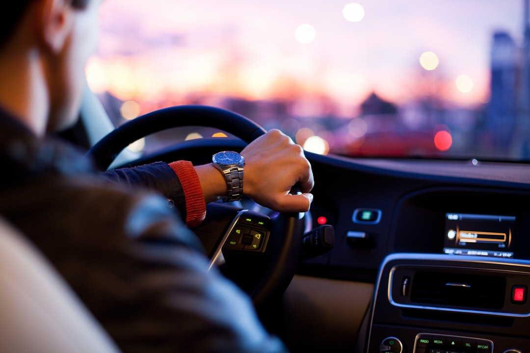 Bild von jungem Autofahrer