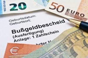 Bild von einem Bußgeldbescheid und Geldscheinen