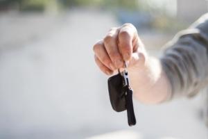 Bild von einer Hand mit einem Autoschlüssel