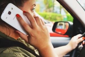 junge Frau telefoniert während des Autofahrens