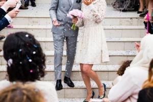 Bild von den Körpern eines Brautpaares auf einer Treppe