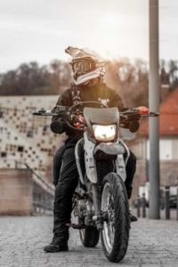 Mann auf Motorrad mit Motorradkleidung