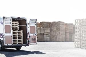 Transporter mit Paletten als Ladung