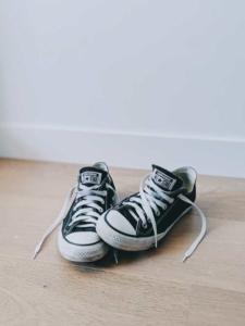 Foto von Schuhen die auf dem Boden stehen