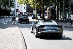 Fahrende Autos im Stadtverkehr