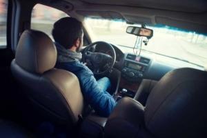Fahrender Mann in Auto