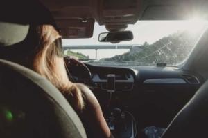 Bild von Frau am Steuer eines Autos