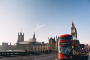 Bild von einem roten Doppeldeckerbus in London vor dem Big Ben