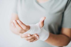 Bild von einem verletzten Handgelenk mit Verband