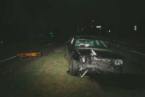 Bild eines Unfallwagens, welches vorne stark beschädigt wurde