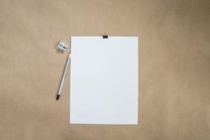 Bild von einem leeren weißen Zettel mit Radiergummi und Bleistift