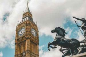 Bild vom Big Ben in London mit Pferdestatur rechts