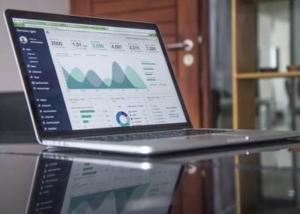 Bild von einem Laptop mit Statistiken