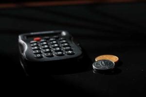Bild von Taschenrechner und Kleingeld