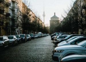 Bild von parkenden Autos in der Stadt