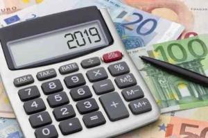 Bild von einem Taschenrechner und Geldscheinen