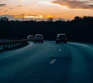 Bild von fahrenden Autos auf der Autobahn