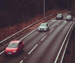 Bild einer Autobahn und fahrenden Autos