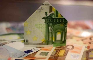 Bild von Geldscheinen, Hunderter als Haus gefaltet