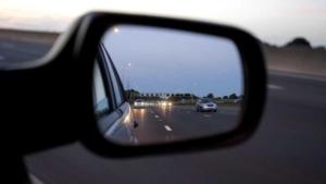 Blick in den Außenspiegel eines Autos auf der Autobahn