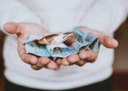 Mann mit Geld in den Händen