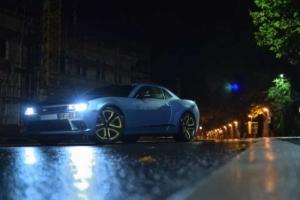Bild von einem blauen Auto auf der Straße