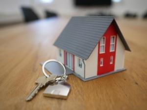 Bild von einem Miniaturhaus und einem Schlüssel