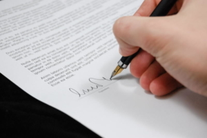 Bild von einem Vertrag der unterschrieben wird