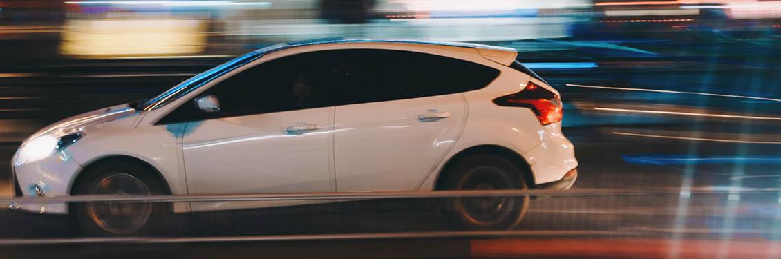 Bild von einem weißen fahrrenden Auto