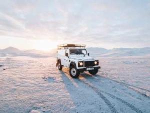 Bild von einem weißen Jeep